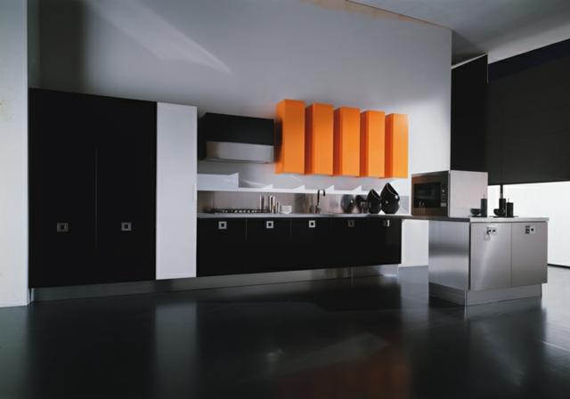 kuhnia v cherno s oranzhevi elementi