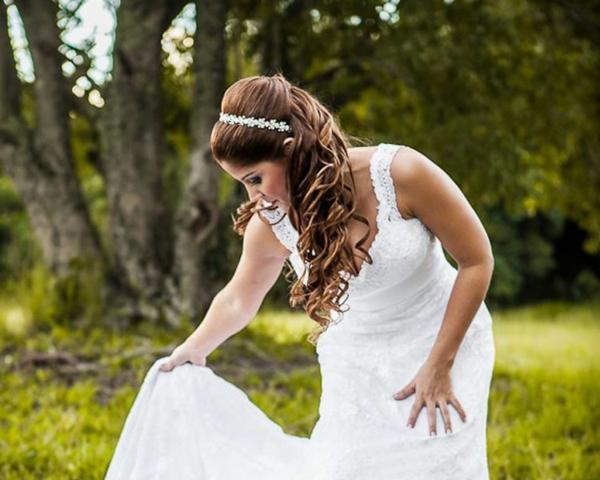 pricheska za svatbata s pusnata kosa i diadema