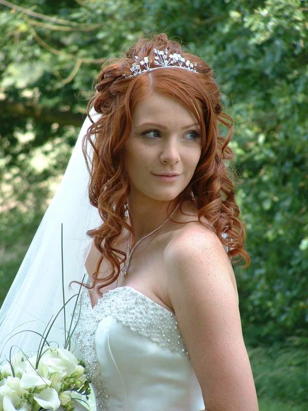 svatbena pricheska s pusnata kosa i korona