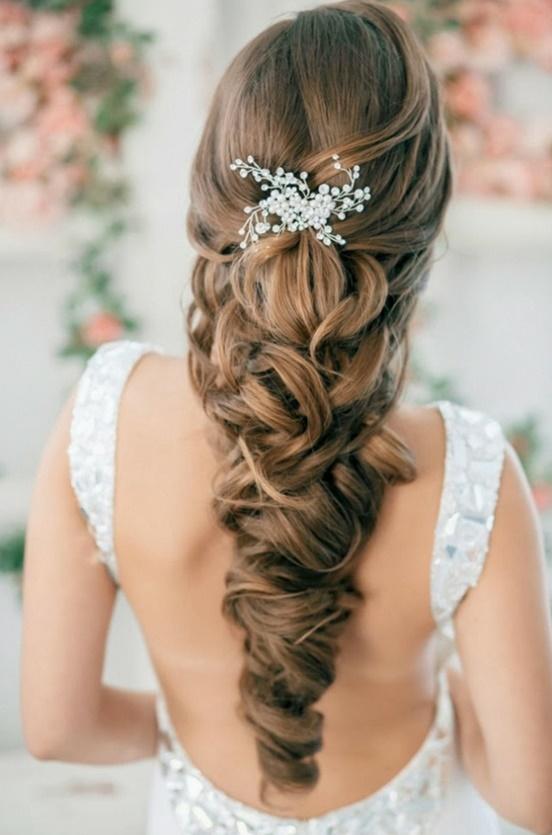 pricheska za svatba s pusnata kosa s aksesoar
