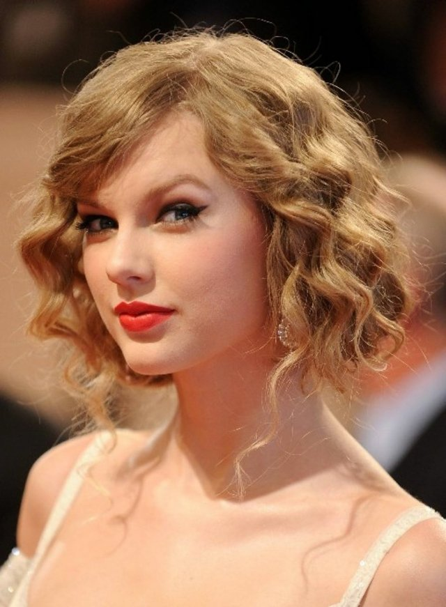 taylor swift pricheski za bal