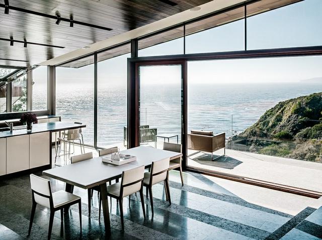 moderna trapezariq s beli stolove s darvo