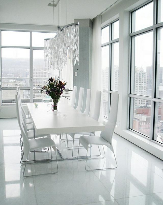 moderna trapezariq s beli stolove i bqla masa