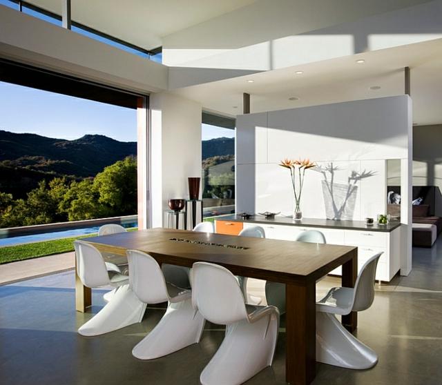 moderna trapezariq s darvena masa beli stolove