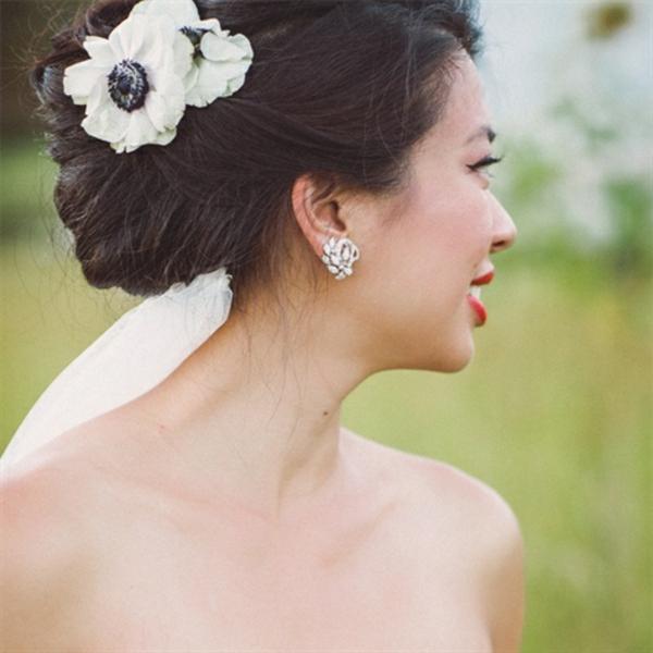 svatbena pricheska s cvete vdignata kosa