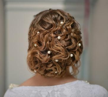 svatbena pricheska s vdignata kosa s perli
