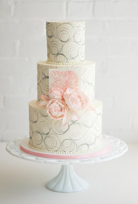 bqla svatbena torta rozovi cvetq