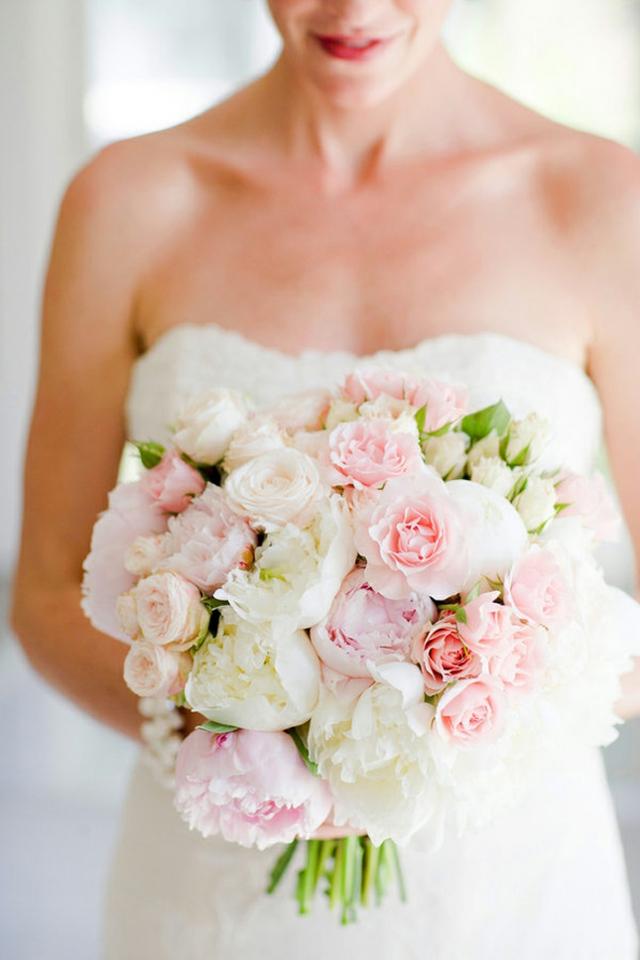 bulchinski buketi s beli i rozovi cvetq