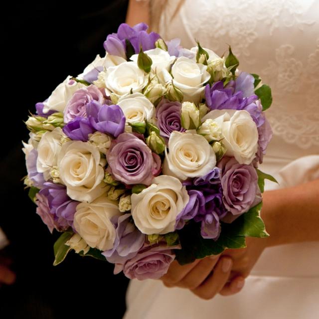 bulchinski buketi s lilavi i beli cvetq