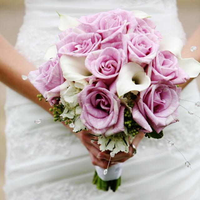 bulchinski buketi s rozovi i beli cvetq