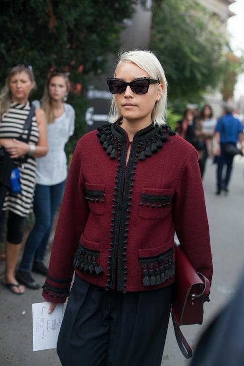 eleganten proleten parijki street style cherveno sako