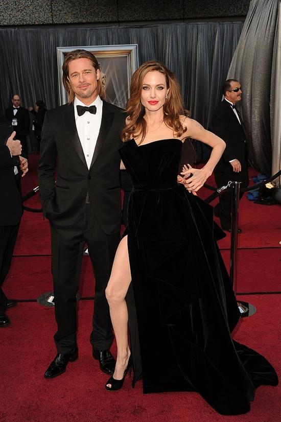emblematichni momenti ot oskarite Angelina Jolie pokazva krak