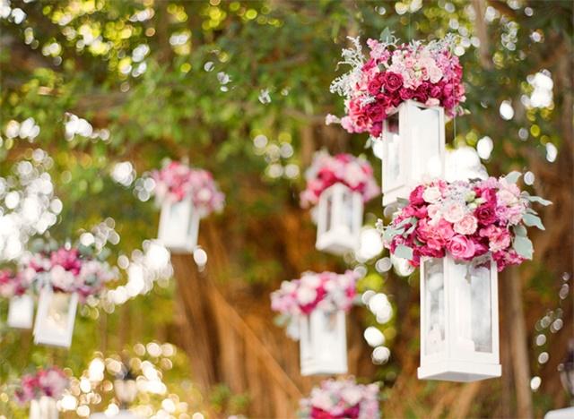 svatbena dekoraciq s cvetq i feneri