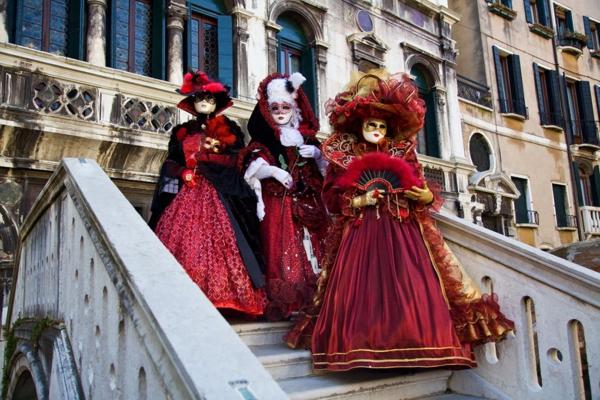 karnavalat vav veneciq cherveni rokli shapki maski