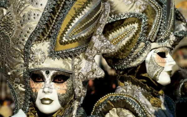 karnavalat veneciq sivo zeleni maski shapki
