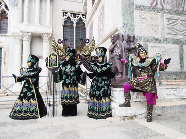 karnavalat vav veneciq cherni kostiumi maski shapki