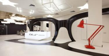 Модерен офис с гигантски чифт очила в него