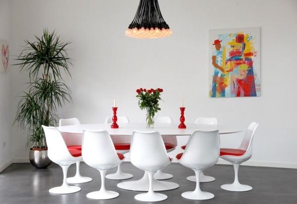 moderni beli stolove za trapezariq bqla masa cherveni akcenti