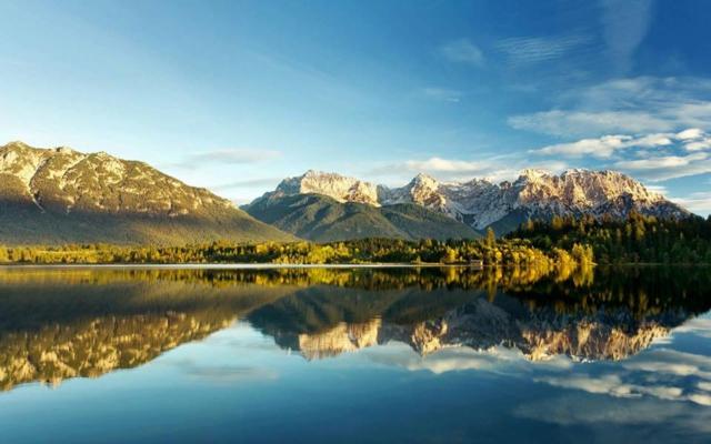 otrajenie voda zelena planina