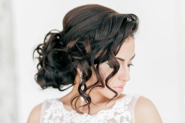 pricheski svatbeni pribrana kosa kudrici