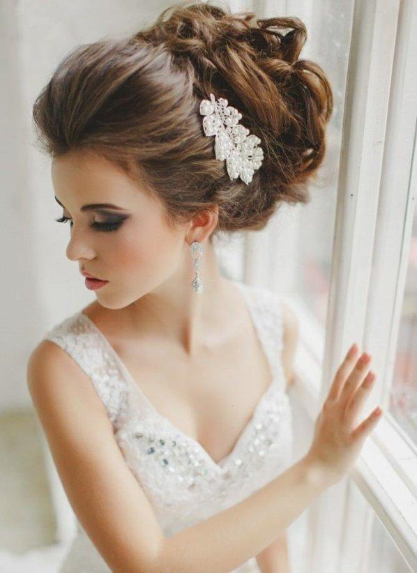 pricheski svatbeni pribrana otzad kosa s biju