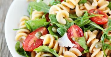 Рецепта за италианска салата с рукола и паста