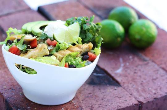 salata s pileshko i avokado