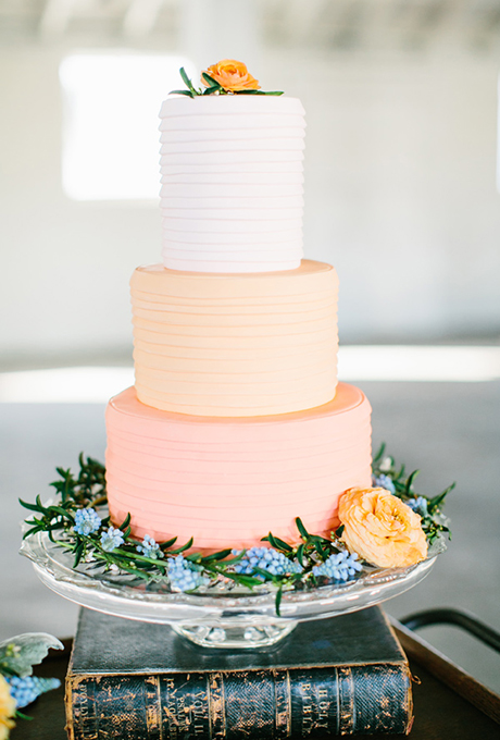 svatbena torta bqlo oranjevo
