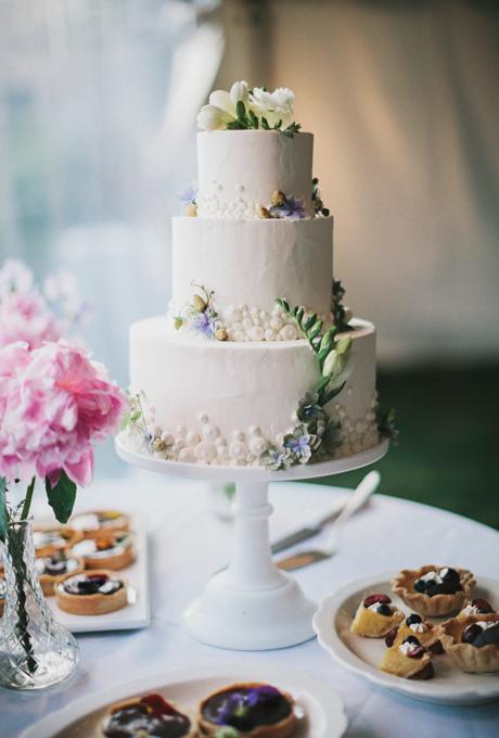 svatbena torta na tri etaja