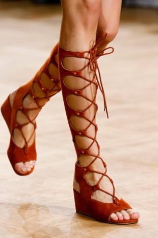 aksesoari tendencii gladiator obuvki chloe