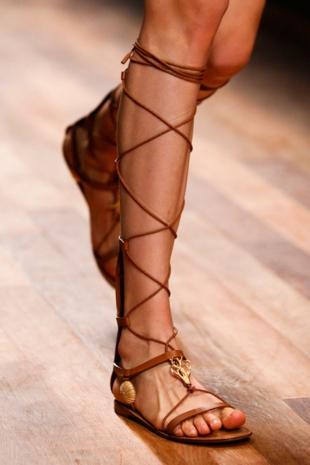 aksesoari-tendencii-gladiator-obuvki-valentino-resized
