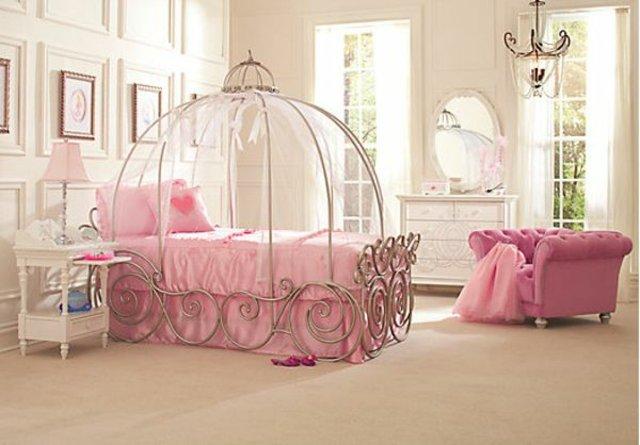 детска стая за малки принцеси обзавеждане розово легло каляска