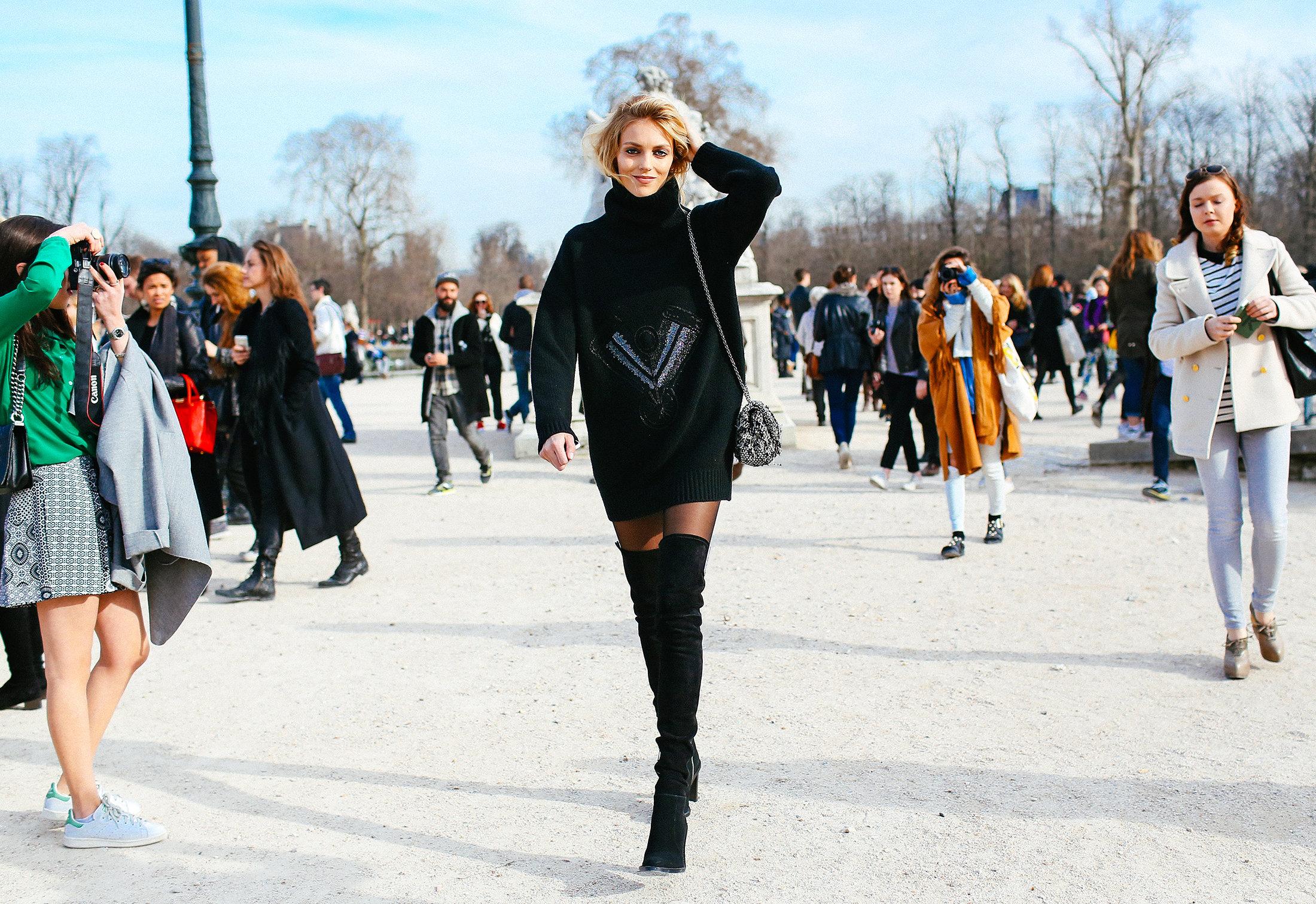 cheren pulover botushi parij street style