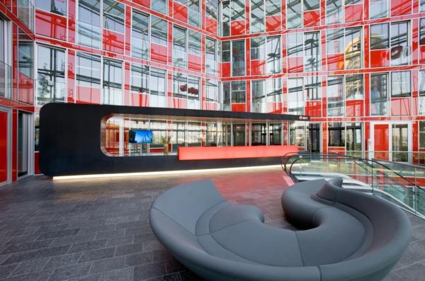 chervena sgrada ofis divan prozorci