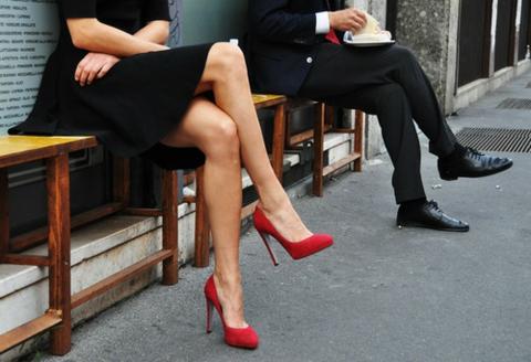 cherveni obuvki malka cherna roklq
