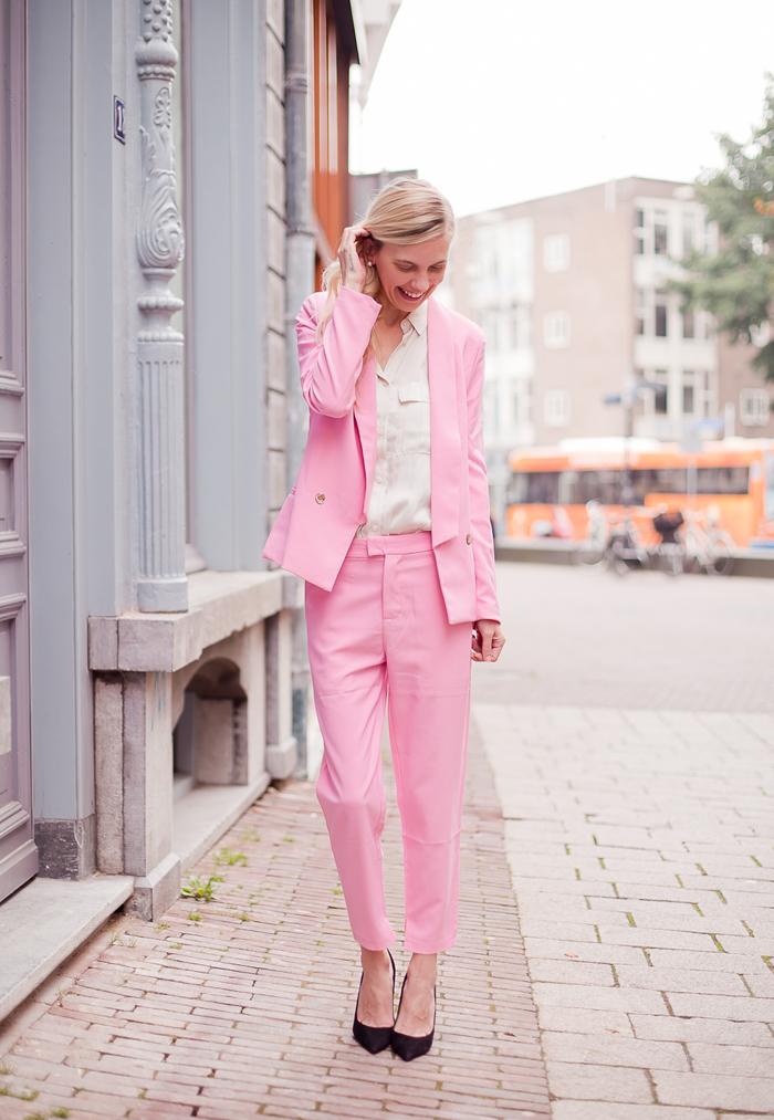 damski kostum rozov proleten