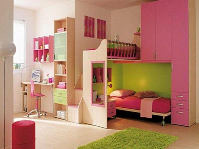 детска стая две момичета розово зелено обзавеждане легла