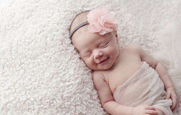 fotografiq bebe usmivka momiche