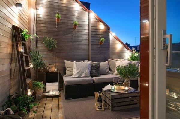 idei za malka terasa darvo beli vazglavnici