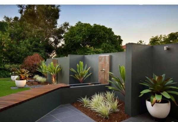 moderna gradina cvetq saksii sivi plochki