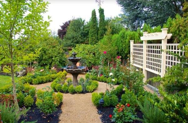 moderna gradina fontan zeleni rasteniq ograda