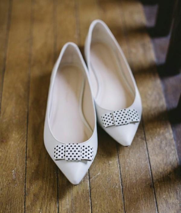 niski obuvki svatba beli cherni tochki pandelki