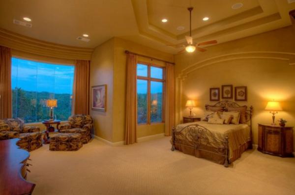 spalnq v sredizemnomorski stil interior prozorci leglo lampi