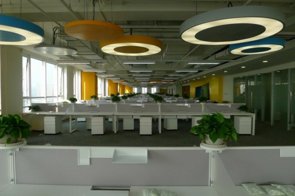 ofis obzavejdane prozorci biura kilim lampi