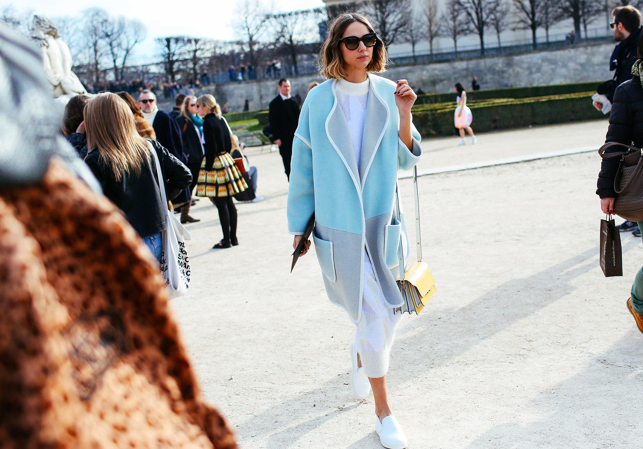 palto pastel sinio parij street style