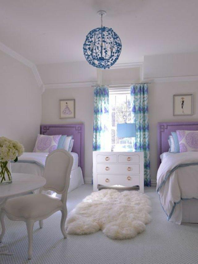 детска стая две момичета бяло лилаво синьо