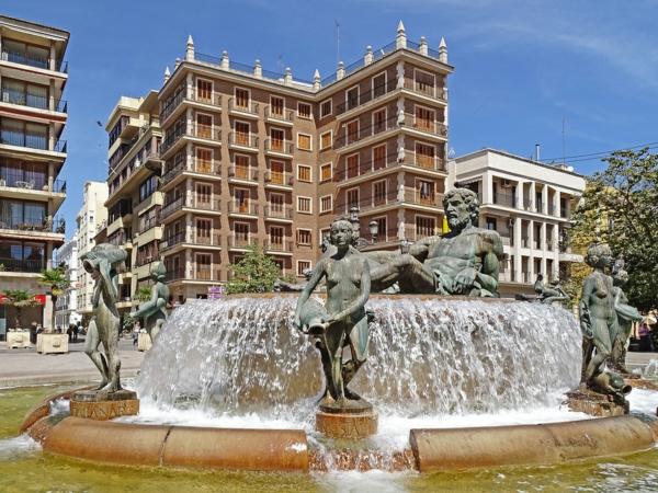 valensiq fontan statuq plaza de la virgen