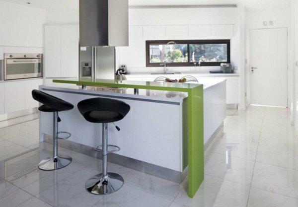 bar v kuhnqta zeleno bqlo stolove interior obzavejdane cherno stolove plochki