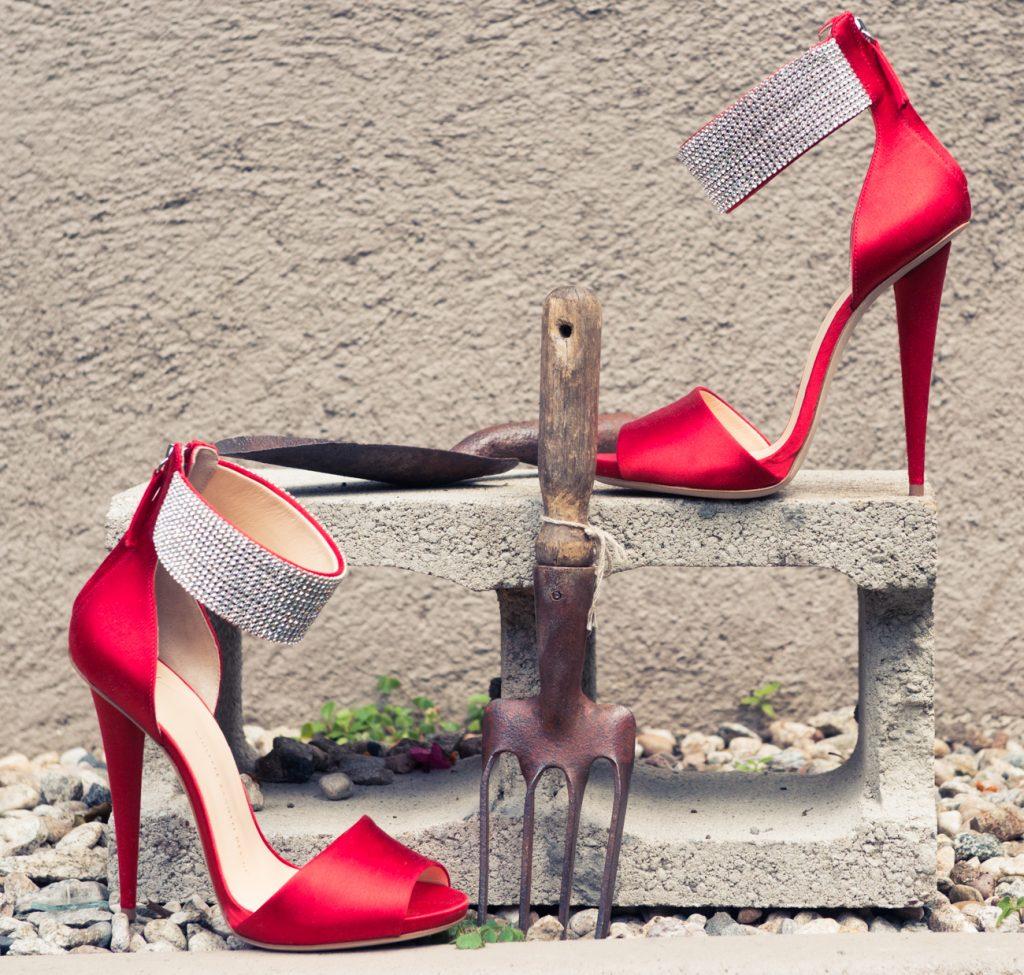 cherveni obuvki nikol richi