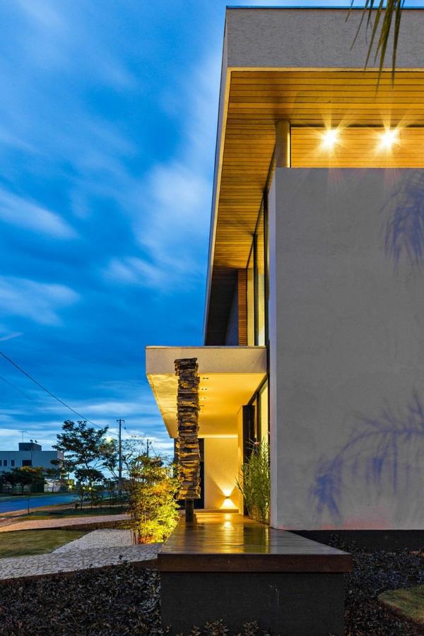 dvuetajna kashta moderna fasada vhod lampi dvor braziliq